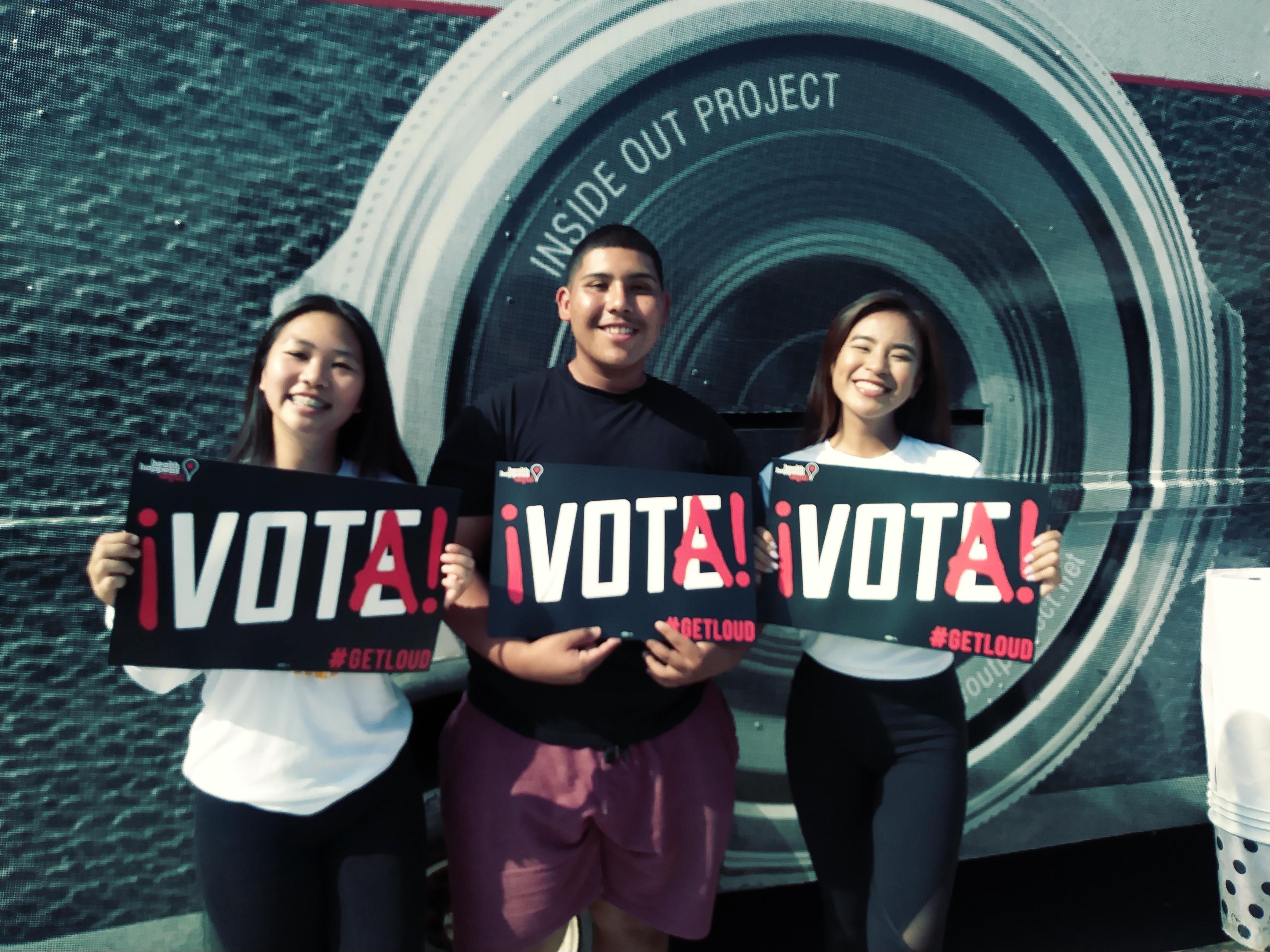 El llamado al voto proviene de y hacia todas las comunidades. De izq. a der.: Leyna Nguyen, Christian Sotomayor y Michelle Le. Foto: David Torres/America's Voice