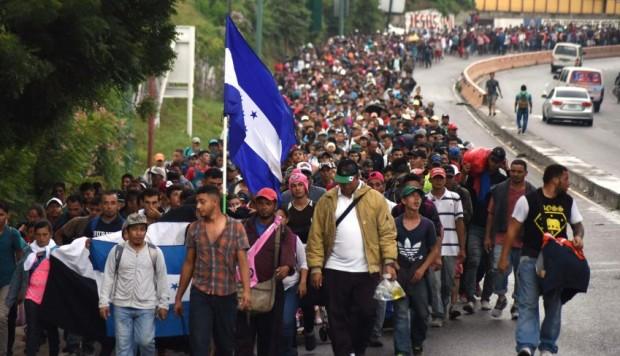 La nueva caravana de inmigrantes centroamericanos, esta vez iniciada en Honduras, avanza hacia el norte en busca de llegar a la frontera de México-EEUU a pedir asilo. Foto: Tomada de Internet.