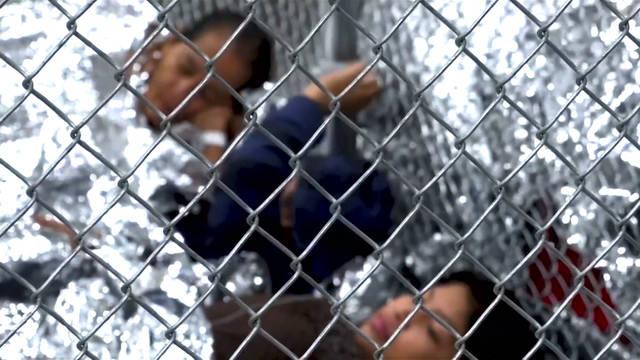 Un grupo de menores inmigrantes permanece detenido en un centro de ICE, luego de ser separados de sus padres. Foto: Tomada de Internet.