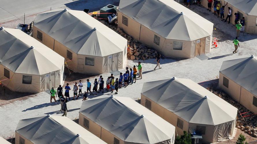 Una ciudad de carpas ha sido establecida en Texas, hacia donde han sido enviados a decenas de menores migrantes tras ser separados de sus familias al cruzar la frontera en busca de asilo. Foto: Tomada de internet.