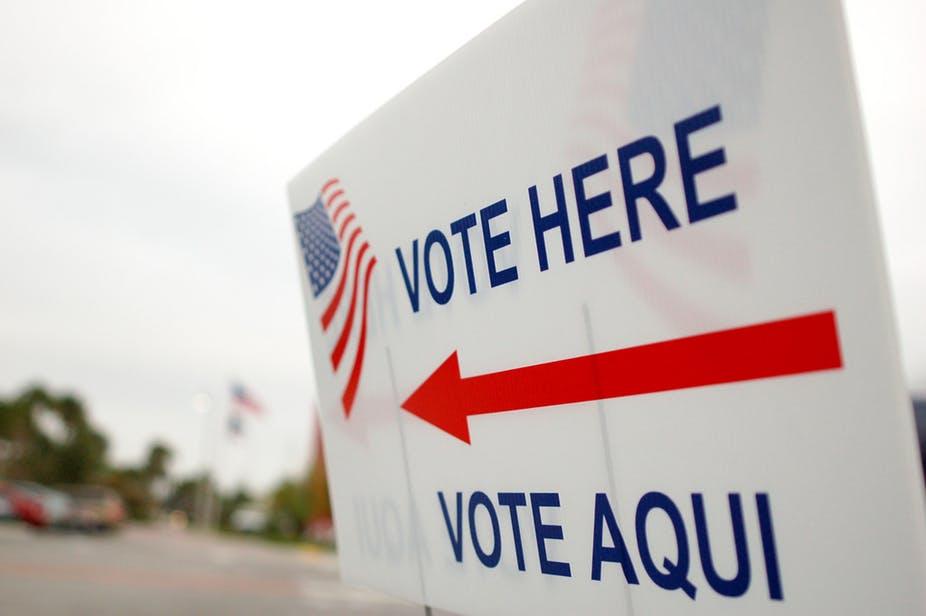 Un anuncio en inglés y en español indicando el lugar de votación. Foto: Tomada de internet.