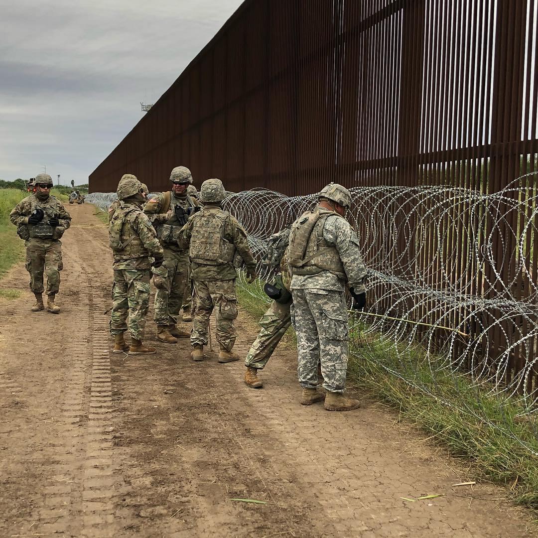 Un grupo de soldados estadounidenses coloca malla de alambre para reforzar un tramo de la frontera sur. Foto: Tomada de internet.
