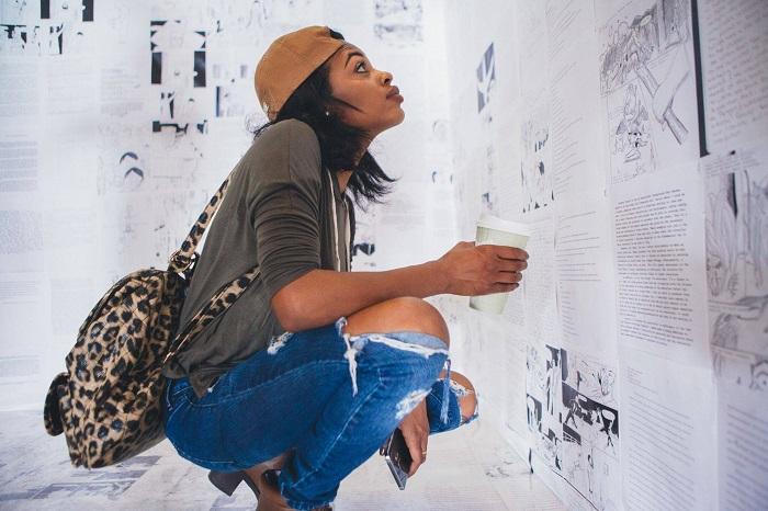 """Foto de la instalación anterior de """"The Writing on the Wall"""" en el Museo de Arte Contemporáneo de Detroit. Foto cortesía de"""