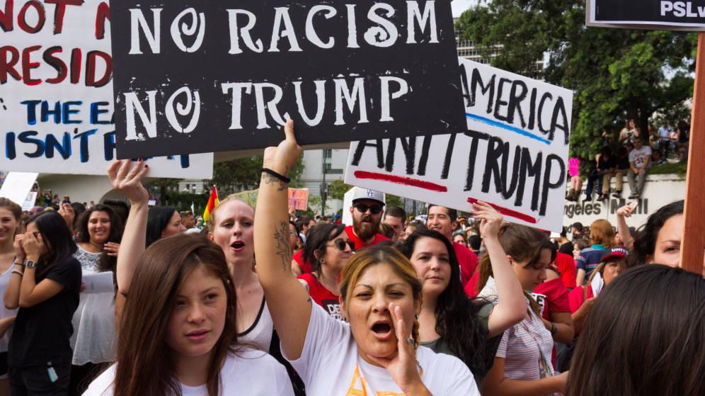 Un grupo de manifestantes protesta contra el racismo que representa Donald Trump en Estados Unidos. Foto: Tomada de internet.