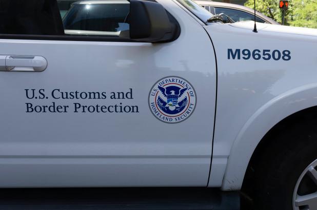 Una camioneta del servicio de Aduanas y Protección Fronteriza (CBP) permanece estacionada cerca de la frontera sur de EEUU. El CBP ha sido señalado de tener en malas condiciones a los indocumentados que tiene en custodia. Foto: Tomada de internet.