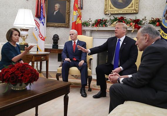 Nancy Pelosi, líder de la minoría demócrata en la Cámara de Representantes, y Chuck Schumer (extr. der.), líder de la minoría en el Senado, llevaron a cabo una acalorada discusión en la Casa Blanca sobre los fondos que pide el presidente Trump (centro) para el muro fronterizo. El vicepresidente Mike Pence también estuvo presente. Foto: Tomada de Internet.