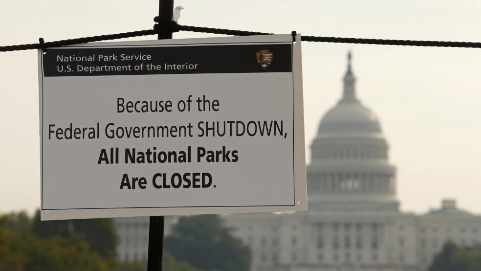 Un letrero informa sobre el cierre de todos los parques nacionales de Estados Unidos debido a la inactividad parcial de funciones del gobierno. Foto: Tomada de internet.