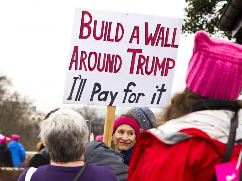 Manifestantes protestan contra el muro que insiste Trump en construir en la frontera con México, uno de los temas que ha sido parte de la propuesta del presidente para reabrir el gobierno. Foto: Tomada de internet.