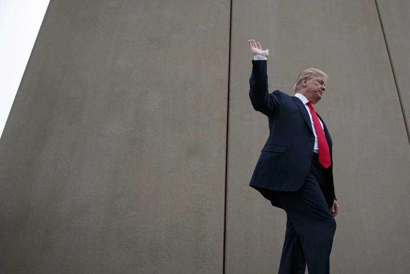 El presidente Donald Trump insiste en pedir 5.7 mil millones de dólares para su barrera fronteriza. Foto: Tomada de internet.