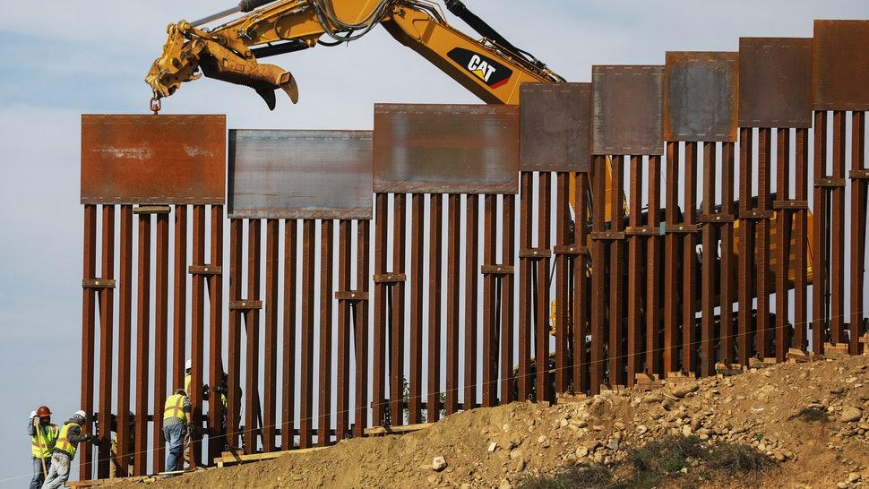 Un grupo de trabajadores realiza avances en la construcción de una valla en la frontera México-Estados Unidos. Nunca como en la presidencia actual había existido una batalla tan cerrada por la construcción de un muro fronterizo. Foto: Tomada de internet.