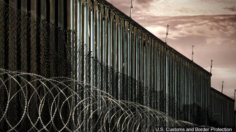 La amenaza de Donald Trump, presidente de Estados Unidos, de cerrar la frontera con México podría causar más daño económico a su país que beneficio político para su gobierno, concuerdan analistas. Foto: Tomada de internet.