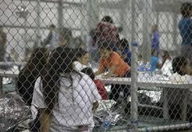 """La imagen muestra a un grupo de menores migrantes encerrados en una """"jaula"""", en custodia de las autoridades migratorias de Estados Unidos, tras pasar la frontera. Foto: Tomada de internet."""