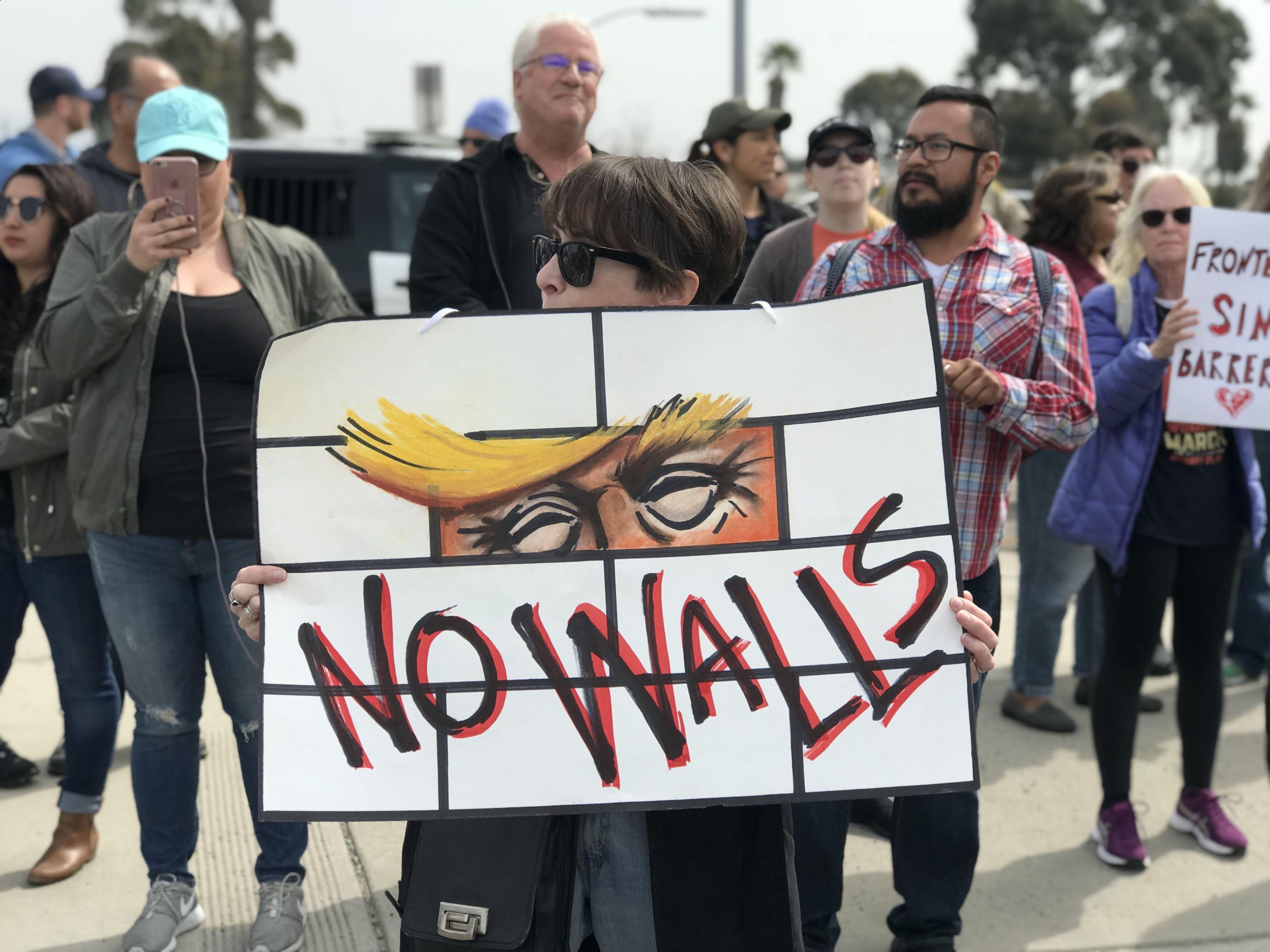 Un grupo de manifestantes protesta contra la construcción del muro fronterizo, uno de los pilares de la política antiinmigrante del presidente Donald Trump, en imagen de 2018. Foto: Tomada de internet.