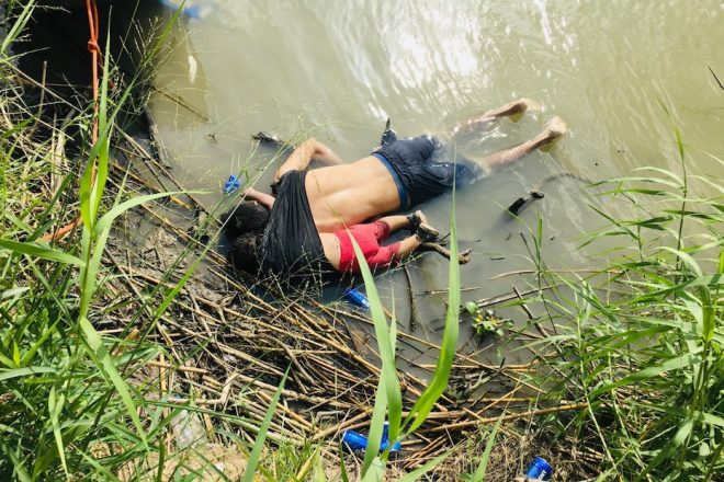 Los cadáveres de los salvadoreños Óscar Alberto Martínez y su hija Angie Valeria yacen en el Río Bravo, cerca de la ciudad de Matamoros, en el estado mexicano de Tamaulipas, tras ser arrastrados por la corriente. Foto: Tomada de internet.