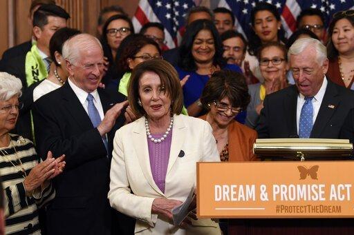 Congresistas aplauden a la Presidenta de la Cámara de Representantes, Nancy Pelosi, tras su discurso sobre la aprobación del 'American Dream and Promise Act'. Foto: Tomada de internet.