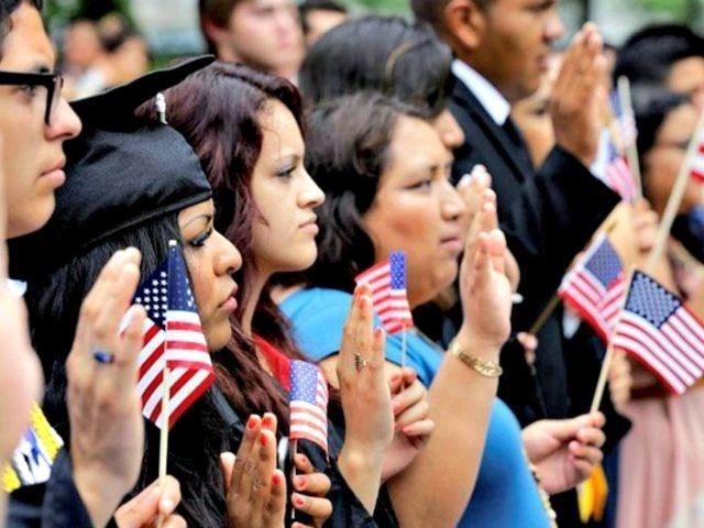 Un grupo de nuevos ciudadanos presta juramento durante su ceremonia de naturalización en Estados Unidos. Foto: Tomada de internet.