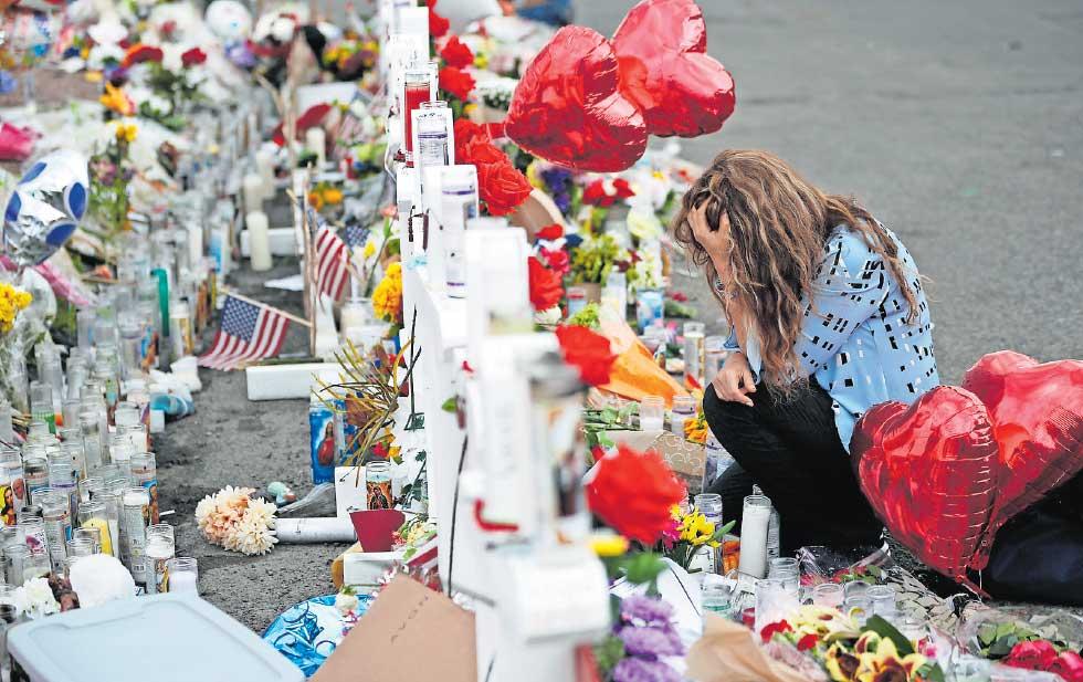 Una mujer llora ante el altar a las víctimas del tiroteo en El Paso, Texas, que dejó un saldo de 22 muertos. Foto: Tomada de internet.