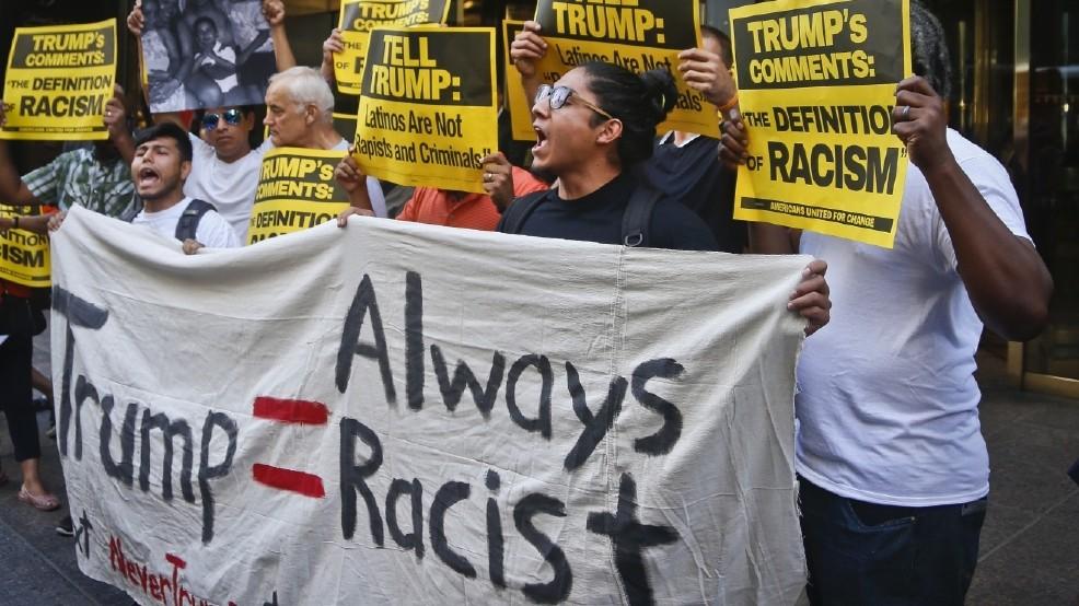 Un grupo de manifestantes protesta contra la retórica racista del presidente de Estados Unidos, Donald Trump. Foto: Tomada de internet.