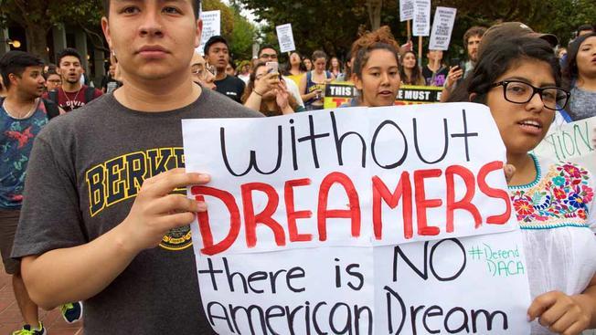 Un grupo de jóvenes inmigrantes sostiene un cartel en el que se lee 'Sin Dreamers no hay Dyeño Americano', durante una manifestación en favor de DACA. Foto: Tomada de internet.