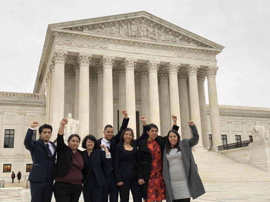 Un grupo de Dreamers levanta el brazo en señal de lucha y resistencia a las afueras de la Suprema Corte de Justicia de Estados Unidos, donde los magistraods escucharon argumentos a favor y en contra del programa DACA. Foto: Tomada de internet.