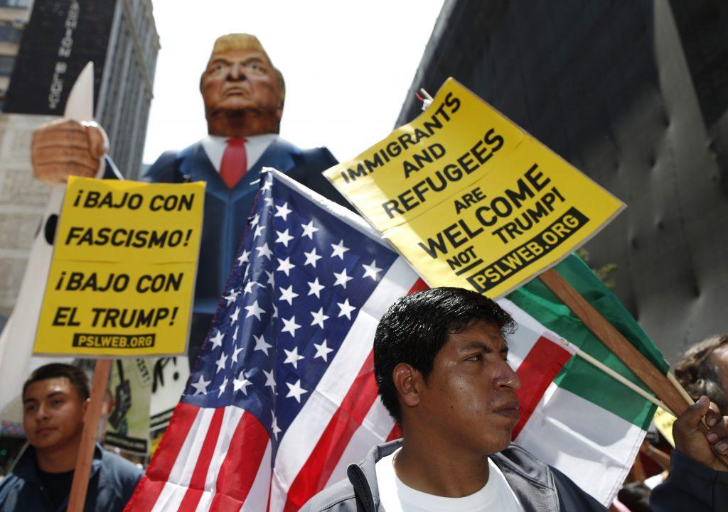 Un grupo de manifestantes marcha contra las políticas migratorias del presidente de Estados Unidos, Donald Trump. Foto: Tomada de internet.