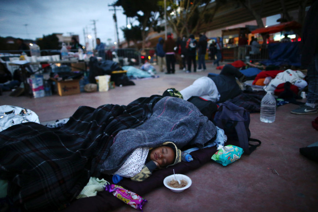 Miles de migrantes que buscan asilo en Estados Unidos han sido enviados a México a esperar una respuesta a su solicitud. Familias enteras han tendio que vivir durante meses prácticamente a la intemperie. Foto: Tomada de internet.