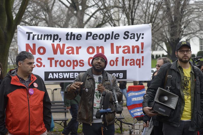 Un grupo de manifestantes protesta contra una inminente guerra contra Irán, tras el asesinato del alto mando militar de ese país, Qassem Soleimani, ordenado por Donald Trump. Foto: Tomada de internet.