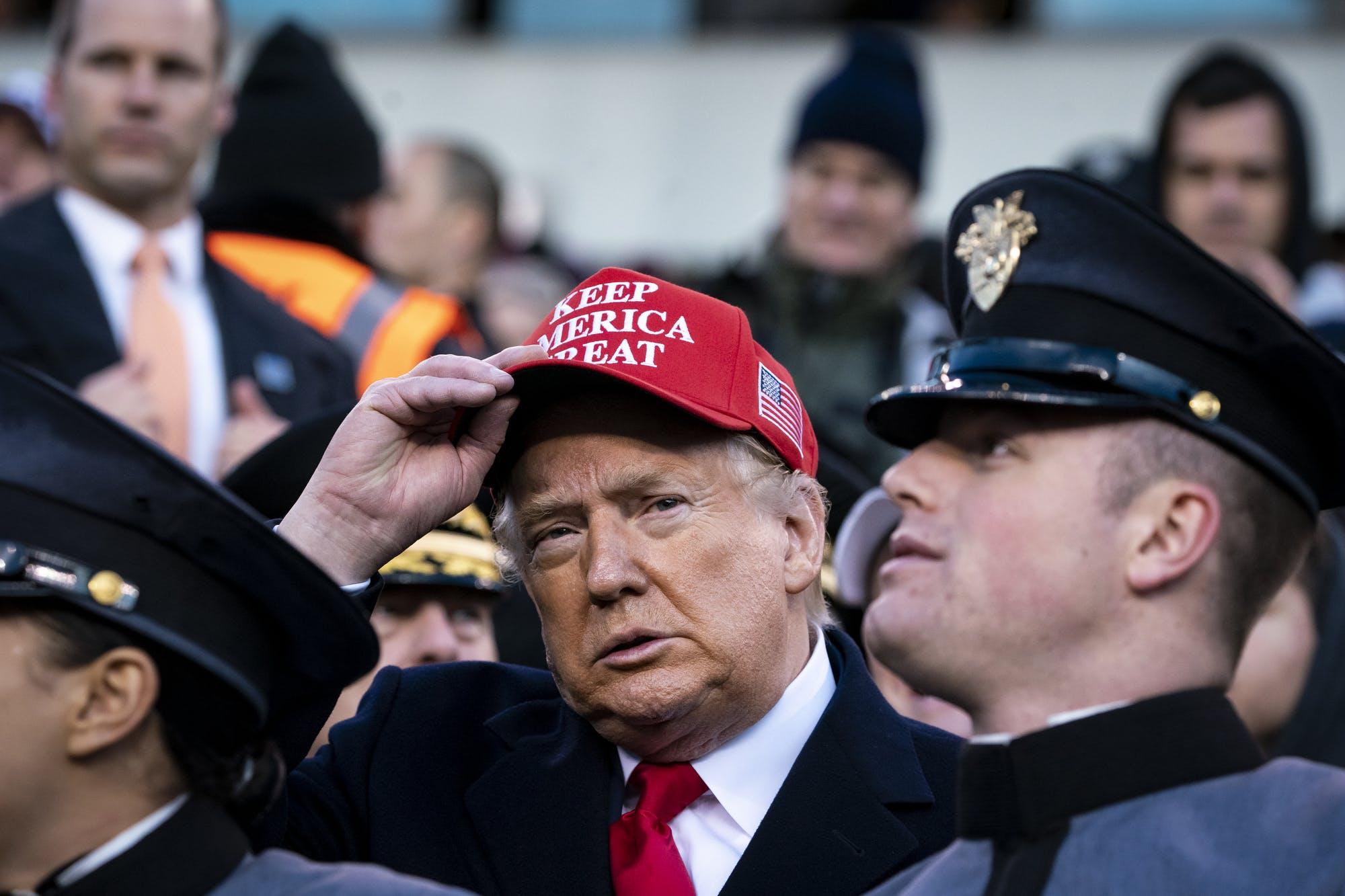 El presidente Donald Trump, usando una gorra roja en apoyo a su gestión. El Senado republicano ha bloqueado toda posibilidad de llamar testigos al juicio político en su contra. Foto: Tomada de internet.