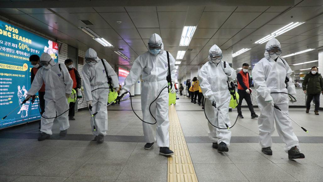 Un grupo de trabajadores de la salud realiza labores de desinfección en un espacio público para evitar contagios de coronavirus. Foto: Tomada de internet.
