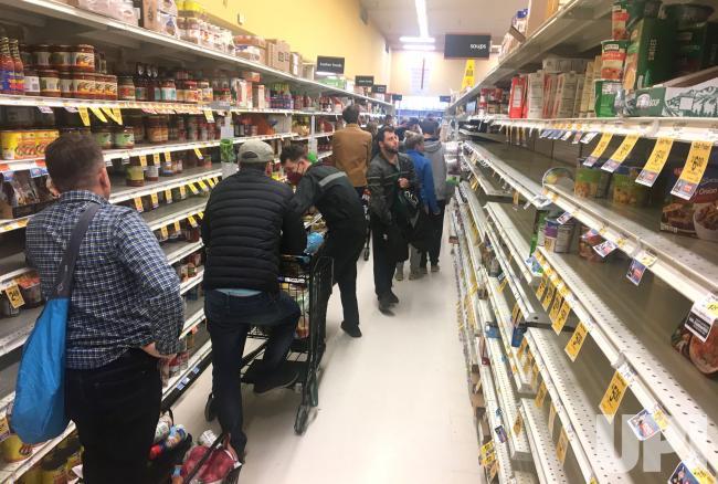 Clientes de un supermercado hacen fila para pagar productos de primera necesidad con los cuales enfrentar la pandemia de coronavirus, que ha mantenido en aislamiento social a la mayor parte de la humanidad. Foto: Tomada de internet.