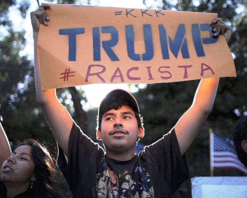 Un manifestante sostiene un cartel contra el presidente de Estados Unidos durante una protesta pro inmigrante. Foto: Tomada de internet.