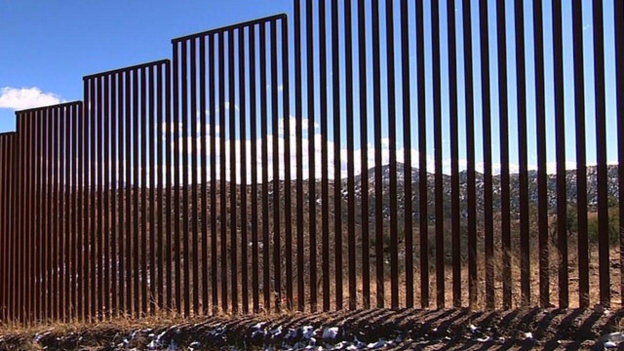 La imagen muestra un tramo del muro fronterizo entre México y Estados Unidos. El presidente Trump ha propuesto pintarlo de negro. Foto: Tomada de internet.