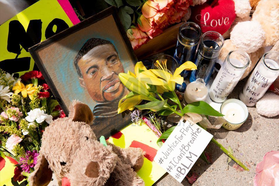 Altar en memoria de George Floyd tras su muerte en Minneapolis, Minnesota, luego de su violento arresto por parte de cuatro policías la semana pasada. Foto: Tomada de internet.